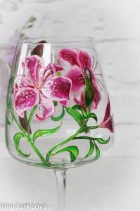 Бокалы для вина из хрустального прозрачного стекла, расписаны качественными витражными французскими красками.Роспись нанесена вручную по авторскому эскизу,закреплена в духовке.Можно использовать как подсвечник.