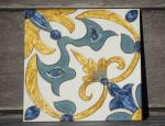 Размер плитки 20 на 20 см, декорирована витражной росписью ,возможно вставить в раму и использовать как панно, возможно самостоятельное использование ,а сочетание нескольких плиток складывается в причудливый орнамент